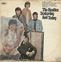 Devido a polêmicas com a capa original, a gravadora teve que colar uma nova imagem por cima da antiga   Foto: Reprodução