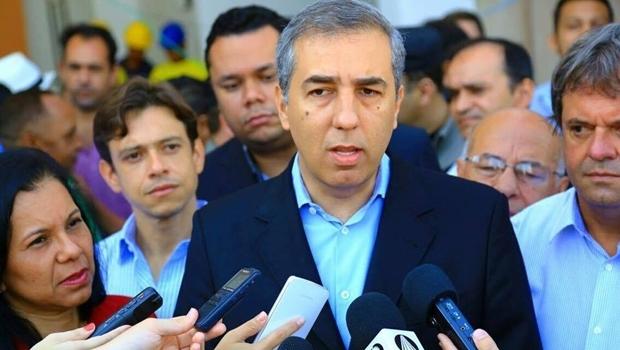 Governador em exercício, José Eliton concede entrevista coletiva durante visita às obras do IML de Aparecida   Foto: Divulgação