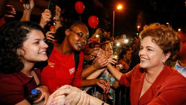 Dilma se emociona com recepção calorosa em BH e faz críticas ao governo interino
