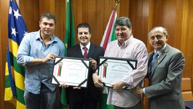 José Luiz Datena e o filho Joel, receberam das mãos do presidente da Câmara Municipal os títulos de cidadão goianiense | Foto: Reprodução / Facebook