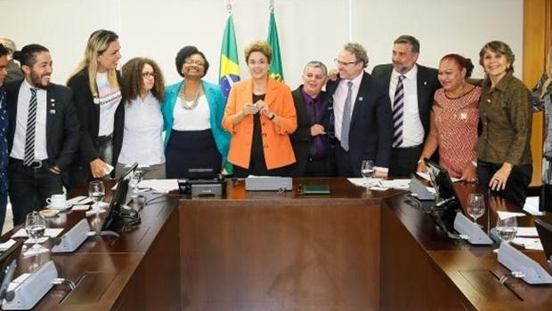 Presidenta Dilma Rousseff assina decreto que institui e reconhece a identidade de gêneros de travestis e transexuais na administração pública direta e indireta   Foto: Roberto Stuckert Filho/PR