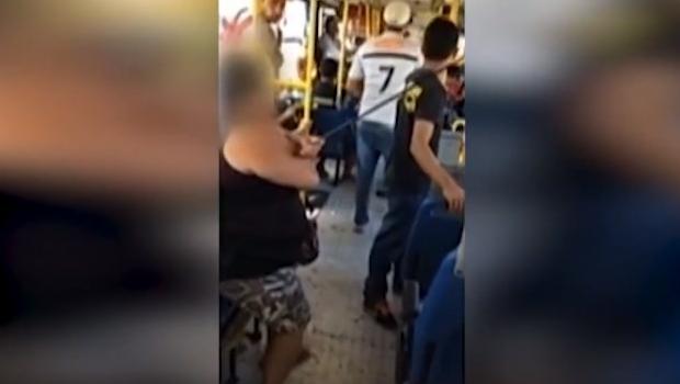 Mulher é atingida por flecha enquanto andava de ônibus