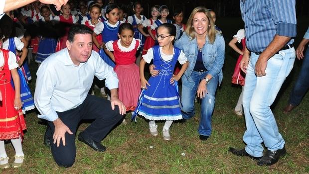 Governador Marconi e a primeira-dama Valéria com crianças durante as Cavalhadas de Palmeiras | Foto: Walter Alves