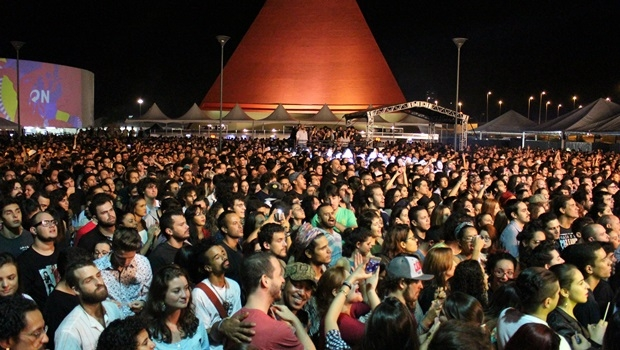 Público ficou até o final, por mais que isso fosse às 3 horas de sábado | Foto: Bruna Aidar