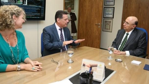 Secretária Ana Carla Abrão, o governador Marconi Perillo e o ministro Henrique Meirelles em reunião no últimomês