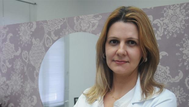 """Juliana Salgado: """"Muitos jovens se submetem à cirurgia e têm uma flacidez de pele muito pequena. Com o passar dos anos, essa flacidez pode piorar""""   Foto: Renan Accioly"""