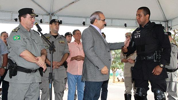 Prefeito Jânio Darrot cumprimenta policiais durante entrega das novas motos do GPT: segurança reforçada   Foto: Iris Roberto