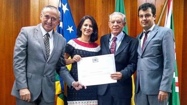 Ao lado dos vereadors Anselmo Pereira (PSDB), Célia Valadão (PMDB) e Paulinho Graus (PDT), Iris recebe seu diploma do mérito ambiental | Foto: Iris Rezende Grupo/Facebook