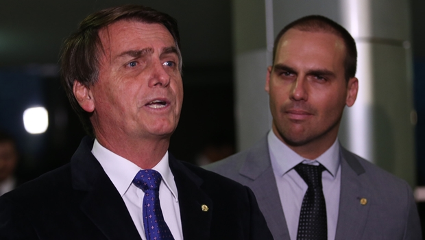 Filho de Bolsonaro diz algo coerente no Twitter e internautas suspeitam de hackers