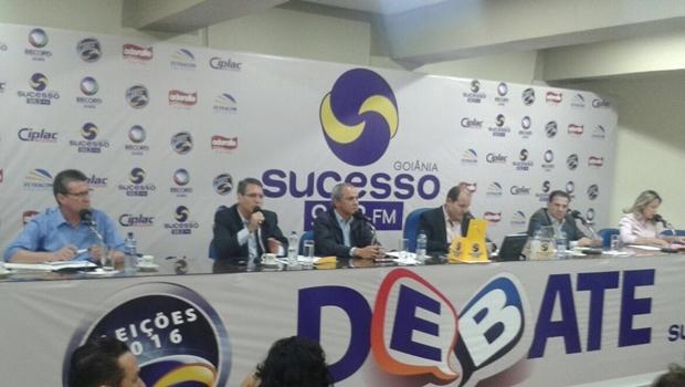 Pré-candidatos Giuseppe Vecci e Luiz Bittencourt; moderador Oloares Ferreira; pré-candidatos Vanderlan Cardoso e Adriana Accorsi