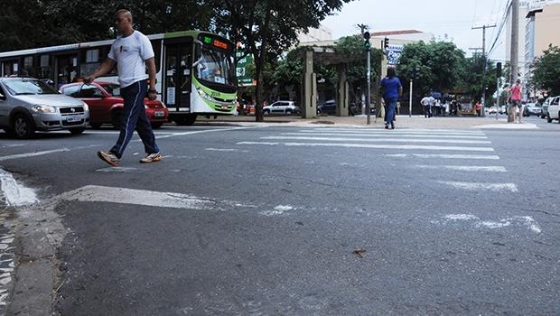 Faixa de pedestre na Avenida Goiás, no Centro de Goiânia:praticamente metade dela já não existe mais | Foto: Renan Accioly