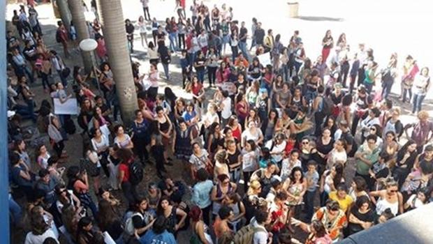 Alunos em frente ao prédio da reitoria | Foto: Facebook