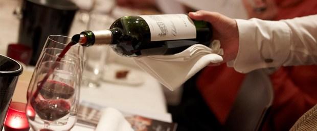 garçom servindo vinho