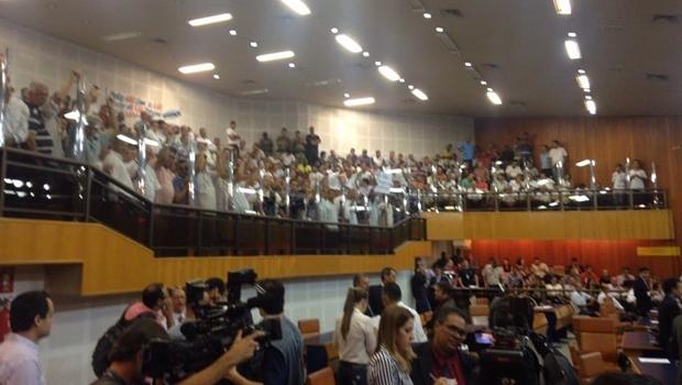"""Aos gritos de """"Uber não"""", taxistas pressionam vereadores na Câmara de Goiânia"""