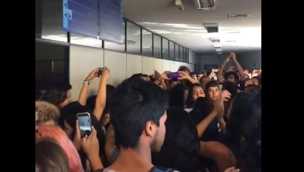 Vídeo: Estudantes ocupam reitoria da UFG após denúncia de estupro