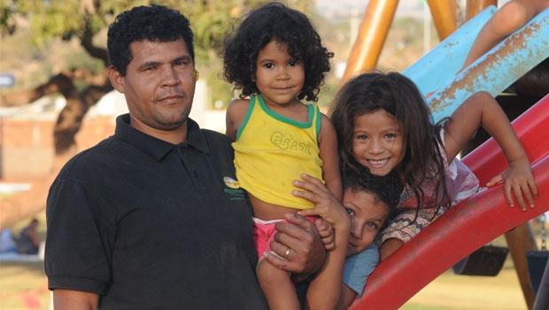Na hora de folga, o pedreiro Flávio Santos leva os filhos e o sobrinho para brincar no Parque Boa Vista | Foto: Renan Accioly