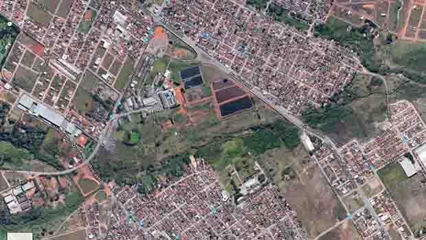 Vista aérea da área do Frigorífico JBS (ao centro) se encontra na parte interna de dois cursos d'água   Foto: Reprodução Google Maps