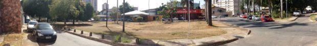 Foto panorâmica da Praça Wilton Valente Chaves, por onde se iniciará o projeto Casa Fora de Casa: área foi desvirtuada com passagem de avenida e hoje se transformou em estacionamento | Foto: Elder Dias