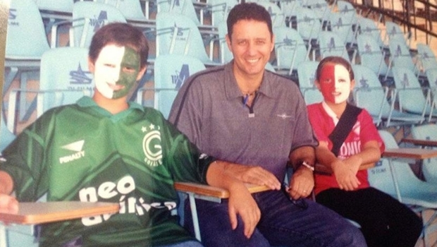 Filho postou foto na tarde desta segunda (4/7) na qual estava com o pai no Estádio Serra Dourada, em Goiânia   Foto: Reprodução/Facebook