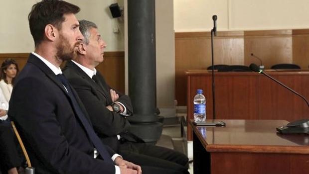 Messi e o pai, durante julgamento no dia 2 de junho | Foto: Alberto Estevez/Pool/Agência Lusa