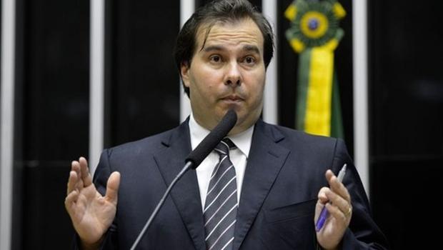 Presidente em exercício, Rodrigo Maia sanciona Orçamento de 2017 sem vetos