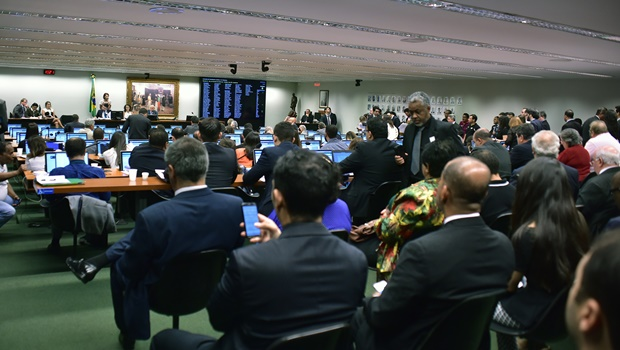 Um auditório lotado de parlamentares e servidores acompanhou a votação na Comissão de Constituição e Justiça e de Cidadania | Foto: Zeca Ribeiro / Câmara dos Deputados