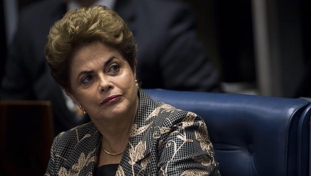 """""""Querem derrubar uma mulher que ousou ganhar duas eleições consecutivas"""", diz Dilma"""