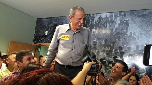 Iris Rezende é aclamado em seu escritório político, onde militantes do PMDB pedem mais uma vez a sua volta   Foto: Larissa Quixabeira / Jornal Opção