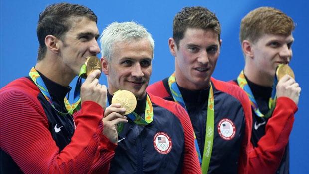 A equipe de natação dos EUA: Lochte (segundo da esquerda para a direita) mentiu sobre assalto em que os assaltantes não levaram seus pertences | Foto: Reprodução