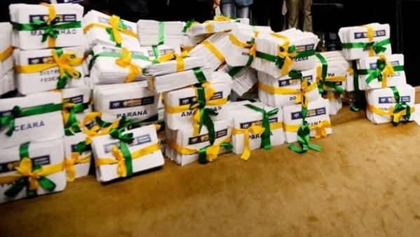 Assinaturas sendo entregues ao Congresso Nacional | Foto: Wilson Dias/ ABr