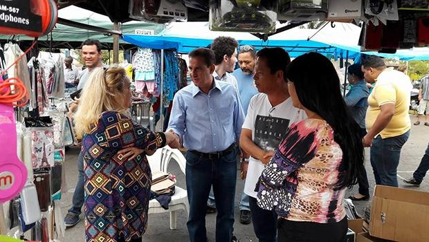 Vanderlan Cardoso faz campanha em feira livre: o ânimo agora é diferente de suas campanhas anteriores | Foto: Divulgação