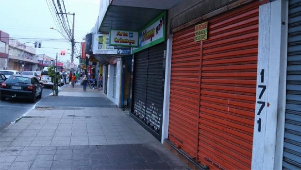 Comércio fechado na Avenida Bernardo Sayão:reflexo de uma crise econômica que poderia ser menor, se Goiânia não dependesse de apenas um setor da economia