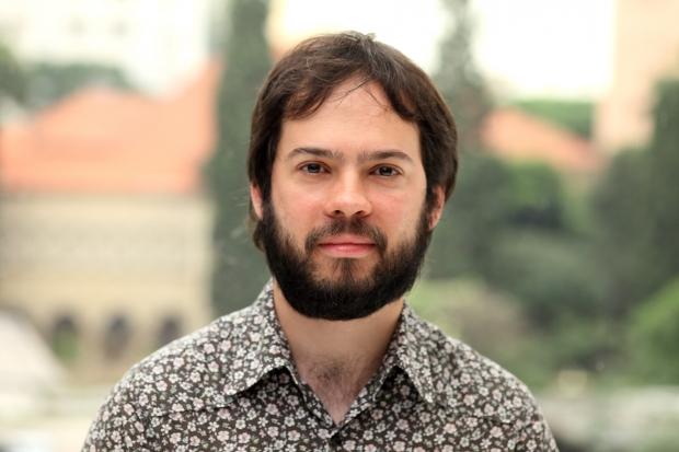 """Em 2015, Estevão Azevedo venceu o Prêmio São Paulo de Literatura com o romance """"Tempo de espalhar pedras"""""""