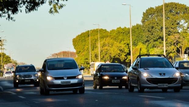 Justiça Federal suspende multa para quem dirigir com farol apagado durante o dia