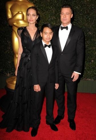 Jolie e Pitt com o filho Maddox, na cerim^nia do Oscar de 2013 | Foto: Reprodução