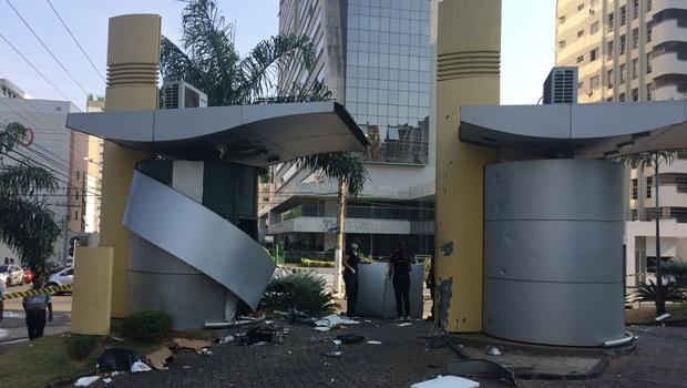Criminosos explodem caixa eletrônico de agência na Praça Tamandaré