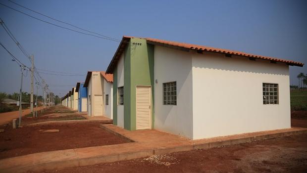 Marconi entrega Cheques Mais Moradia para construção de 500 casas em Goianésia