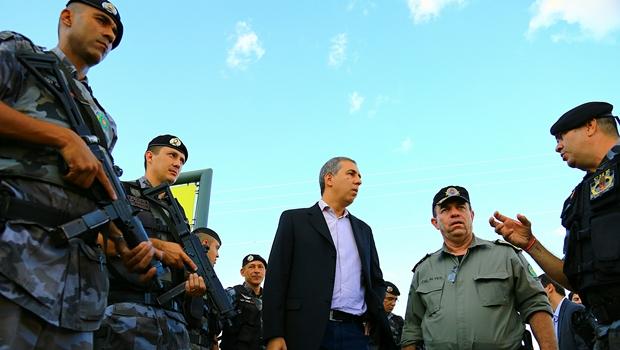 José Eliton e o comandante da Polícia Militar, coronel Divino Alves, durante planejamento com equipes da PM-GO: estratégia tem sido marca da gestão do vice-governador na pasta | Foto: Wildes Barbosa