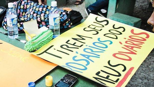 Cartazes foram afixados na Faculdade de Direito da UFG | Foto: Reprodução/Facebook