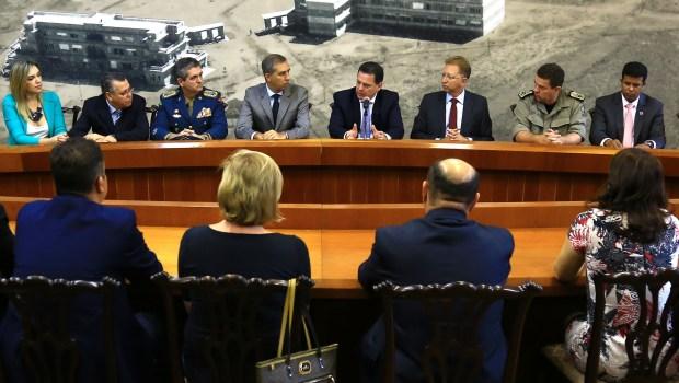 Em reunião com representantes da Segurança Pública, Marconi e José Eliton confirmam cumprimento de acordo | Foto: Reprodução