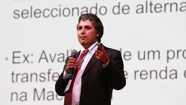 Pedro Carneiro, economista e pesquisador português, ministrou palestra durante seminário de gestão em educação em São Paulo | Foto: Divulgação / Instituto Unibanco