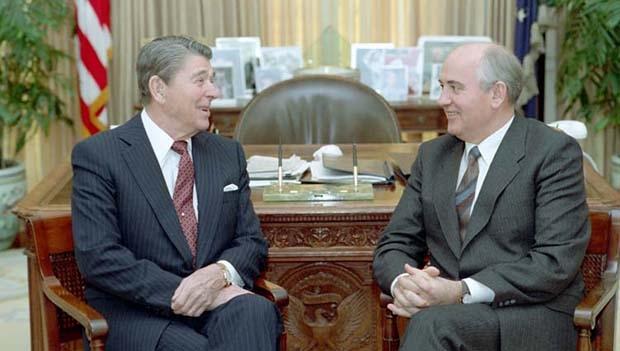 Ronald Reagan e Mikhail Gorbachev: juntos, mas não de modo inteiramente planejado, os dois políticos, um americano e o outro russo (se davam bem), demoliram o comunismo na União Soviética e no Leste Europeu