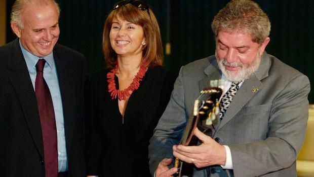 Pedro Grendene e Lula da Silva e a guitarra de um músico