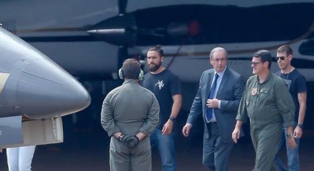 Ex-deputado federal que comandou o processo de impeachment de Dilma, Eduardo Cunha é escoltado por policiais federais: petistas pouco comemoraram