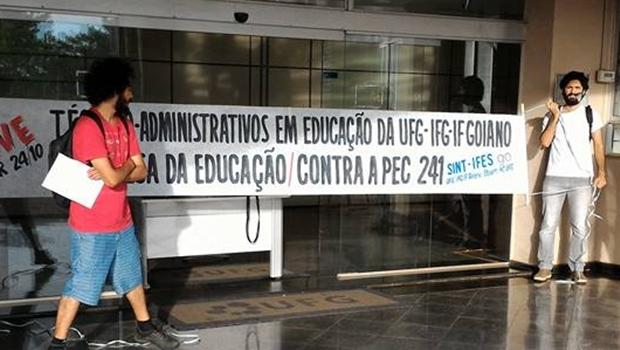 Manifestantes bloquearam a entrada da reitoria da UFG na manhã desta terça-feira (25/10) | Foto: Divulgação/Facebook