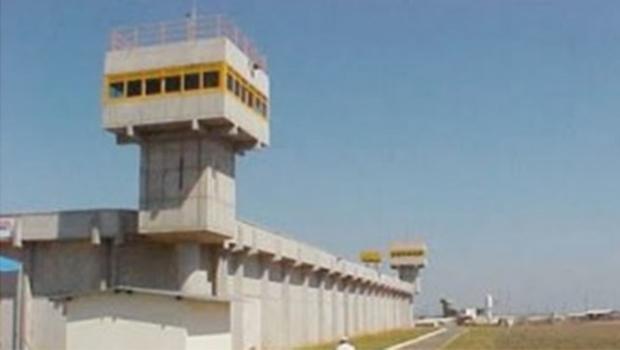 Em Goiás, homens rendem agentes prisionais e resgatam preso durante escolta