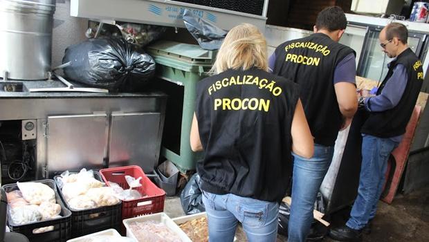 Procon Goiânia apreende 200 quilos de comida vencida em restaurante árabe no Bueno