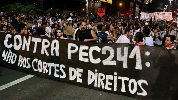 Manifestantes vão às ruas de Goiânia em ato geral contra PEC 241