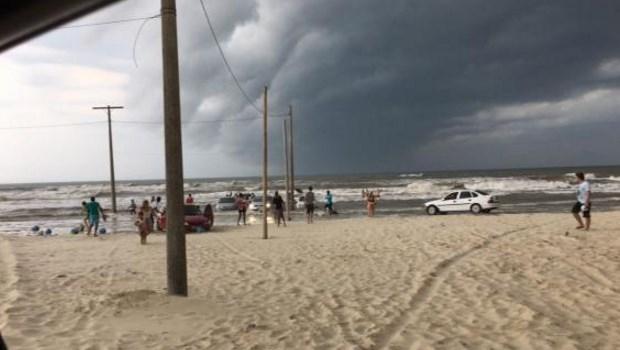A Defesa Civil de Santa Catarina confirmou o fenômeno de tsunami meteorológico no município de Tubarão. Diversos carros foram parar dentro do mar | Imagem de divulgação/Defesa Civil de Santa Catarina