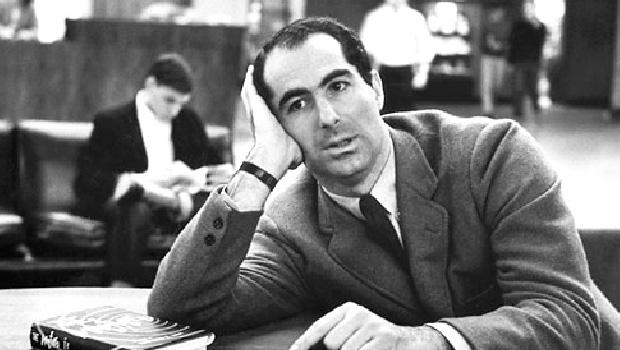 """Philip Roth: autor de uma obra densa, inquiridora sobre os limites da moral dominante; moral que acaba sendo letal para alguns indivíduos. Em """"Indignação"""", a personagem sucumbe e morre jovem"""